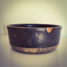 One of my first kintsugi works. I had to spend a lot of gold to cover my poor technique… 昨年の秋から今年の春にかけて、金を3度蒔きした末にようやく完成した金継ぎ。そりゃ、こんだけ...