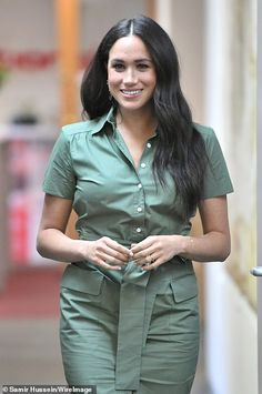 Meghan Markle Continues Africa Tour with Visit to Girls' Club to Address Sexual Violence in Schools Royal Fashion, Fashion Looks, Club Fashion, 1950s Fashion, Prinz Harry Meghan Markle, Sussex, Kate And Meghan, Trench Dress, Prince Harry And Megan