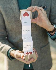 Heiratsantrag machen - Verlobungsring in der Valentinstagskarte verstecken