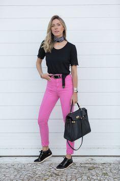 Nati Vozza do Blog de Moda Glam4You usa calça jeans colorida e bandana em look do dia super charmoso.