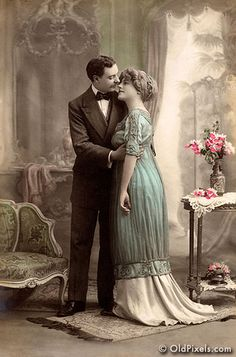 Vintage hand-tinted photo with an Edwardian vibe - circa 1915 years after the Edwardian period). Vintage Abbildungen, Vintage Couples, Vintage Romance, Vintage Beauty, Vintage Postcards, Vintage Ladies, Vintage Pictures, Old Pictures, Vintage Images