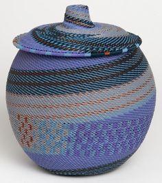 """Panier """"Khamba""""<br>Dimensions: Ø 18 cm – h 23 cm Disponibles en 35 combinaisons de couleurs (modèle présenté: Purples)"""