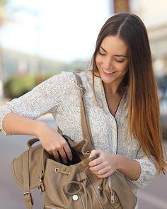 These 8 things are must have in your handbag!! ये 8 चीज़ें ज़रूर होनी चाहिए आपके हैंडबैग में!