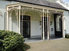 Koetshuis Huis Scherpenzeel (S.A. van Lunteren, 1857), houten afdak met kolommen en decoratie van gietijzer