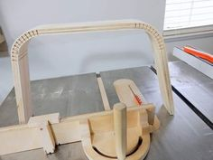 Bending Wood with Miter Gauge Kerf Jig Cool Woodworking Projects, Woodworking Techniques, Woodworking Videos, Woodworking Plans, Wood Projects, Metal Bending Tools, Bending Wood, Wood Jig, Flexible Wood