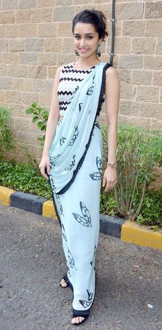 Interesting way of draping saree ! Shraddha kapoor in chiffon saree Saree Draping Styles, Saree Styles, Drape Sarees, Indian Attire, Indian Wear, Bollywood Fashion, Bollywood Actress, Bollywood Saree, Bollywood Girls