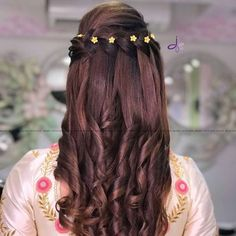 Pre-Wedding Hairstyles for Mehndi Haldi or more functions! Pre-Wedding Hairstyles for Mehndi Haldi or more functions! little yellow beads Bridal Hairstyle Indian Wedding, Wedding Curls, Wedding Hairstyles With Veil, Wedding Hair Down, Bride Hairstyles, Hairstyle Ideas, Open Hairstyles, Indian Hairstyles, Hairstyles For Lehenga