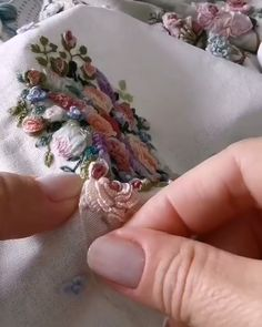Hand Embroidery Patterns Flowers, Hand Embroidery Projects, Hand Embroidery Videos, Embroidery Flowers Pattern, Creative Embroidery, Hand Embroidery Designs, Ribbon Embroidery, Brazilian Embroidery Stitches, Embroidery Stitches Tutorial