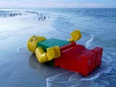 La playa de los Legos perdidos existe y está en Gales En 1997 un carguero soltó al mar millones de piezas de Lego. Hoy muchas de ellas todavía llegan a las costas de Cornwall