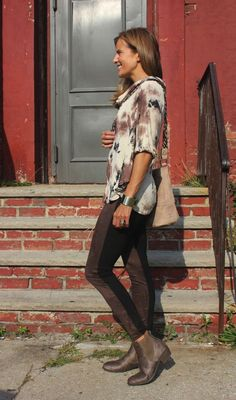 Fall outfit inspiration. A two-tone legging plus tunic top and booties.