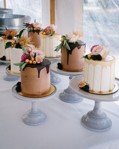 7 individual cakes in a variety of flavors to add a modern twist to the traditional wedding dessert classic . Mini Wedding Cakes, Luxury Wedding Cake, Wedding Desserts, Mini Desserts, Mini Cakes, Cupcake Cakes, Wedding Flavors, Wedding Shot, Pretty Cakes