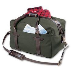 Filson - Large Travel Bag with lots of pockets and a reinforced bottom panel to supports extra-heavy loads