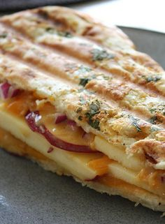 Apple, Cheddar & Red Onion Panini: 2 pieces of (naan) bread; 2 apples, cored and sliced; I'd caramelize the onion. Soup And Sandwich, Sandwich Recipes, Croissant Sandwich, Sandwich Board, I Love Food, Good Food, Yummy Food, Sandwiches, Breakfast Desayunos