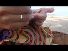 """Mochila Wayuu - YouTube De Wayuu (uitgesproken als """"Wah-You"""") mensen zijn een inheemse Latijns-Amerikaanse groep die leven op het schiereiland waar Colombia aan Venezuela grenst. Het is een Spaanstalig filmpje, dus lastig te volgen maar de kleurrijke tassen zijn fantastisch!"""