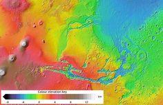 Mapa topográfico de Marte, que muestra la huella de los antiguos grandes canales de agua de avalancha originados en áreas volcánicas, y el antiguo lecho oceánico en azul.