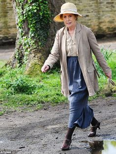 "happymathilda:  ""Mind the mud: Penelope, who plays Isobel was seen strolling on a muddy path""Article from Mail Online here »"