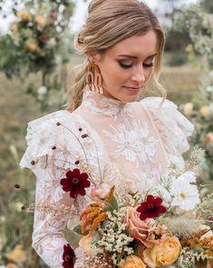bride with statement earrings Wedding Scene, Mod Wedding, Green Wedding, Wedding Trends, Wedding Blog, Wedding Shoes, Wedding Jewelry, Wedding Ideas, Bridal Looks