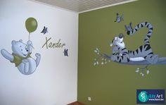 Muurschildering Pooh en Teigetje op olijfgroene wand
