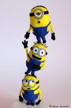 Topper con forma de una torre de minions para soplar una vela de cumpleaños #topperminions #minions #minionsfondant