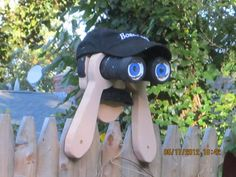 This is a Peeping Tony fence statue. This guy hooks onto your fence and scares y… - Diy Gift For Girls Ideen Wood Yard Art, Wood Art, Vinyl Wood, Little Gardens, Diy Crafts For Gifts, Christmas Makes, Hanging Ornaments, Yard Ornaments, Hats For Men