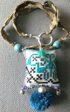 Creación de collar textil Bobo, etno, Chic. Colgante/Talismán de estilo bohemio. El colgante está hecho de tribu vintage tela Hmong (Tailandia). Está