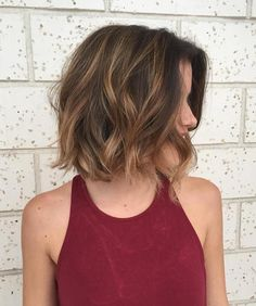 70 Devastatingly Cool Haircuts for Thin Hair Caramel Balayage On Short Hair Bobs For Thin Hair, Short Thin Hair, Wavy Bobs, Short Hair Cuts, Loose Curls Short Hair, Short Medium Hair Styles, Short Brown Bob, Wavy Inverted Bob, Wavy Bob Long