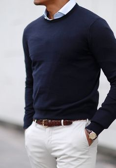 Men Clothing White trousers with contrasting brown belt and blue crew-neck sweater with shirt with small collar. Men Clothing Source : Pantalone bianco con cinta marrone lavorata a contrasto e maglia blu girocollo c. White Chinos, White Trousers, Mens Fashion Blazer, Best Mens Fashion, Male Smart Casual Fashion, Smart Casual Man, Preppy Mens Fashion, Mode Masculine, Stylish Men