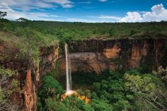 CACHOEIRA VÉU DA NOIVA - Queda-d'água localizada no Parque Nacional da Chapada dos Guimarães, no Mato Grosso, a 12 km do centro da cidade da Chapada dos Guimarães. Formada pelo rio Coxipó, com 86m de queda livre, há um vale e escarpas do morro formadas de arenito. A cachoeira pode ser observada a partir de um mirante ou através de uma trilha íngreme. Para chegar: ônibus de linha sentido Cuiabá, agências de turismo da cidade ou pelo Km51 da Rod Emanuel Pinheiro (MT251).