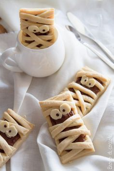 Last Minute Easy To Make Halloween Party Food Ideas for Your Beloved Kids - Rezeki Istiqomah Halloween Desserts, Halloween Food For Party, Halloween Cookies, Halloween Treats, Halloween Biscuits, Halloween Pretzels, Halloween Halloween, Cupcakes, Nutella