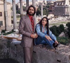 Indian actor Kabir Bedi and his partner, the Indian actress Parveen Babi, relaxing at the Imperial fora. Bollywood Photos, Bollywood Stars, Bollywood Fashion, Pakistani Actress, Bollywood Actress, Parveen Babi, Vintage Bollywood, Old Actress, Queen