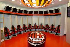 10 vestuarios increíbles de grandes equipos de fútbol | Marca Buzz Ac Milan, Psg, Manchester City, Fc Barcelona, Squat, Basketball Court, Football Team, Dressing Rooms, Sports