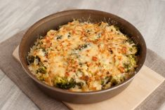 Chicken Broccoli Casserole is the ultimate comfort food. This cheesy broccoli chicken casserole can be made in 25 minutes perfect for a family dinner. Broccoli Gratin, Chicken Broccoli Casserole, Broccoli Chicken, Cheesy Chicken, Keto Chicken, Yummy Chicken Recipes, Yum Yum Chicken, Healthy Recipes, Fresh Broccoli
