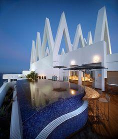 Une magnifique terrasse avec piscine à débordement et belle vue sur la mer