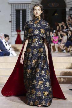Valentino Haute Couture Fall Winter :: The Wonderful World of Fashion World Of Fashion, High Fashion, Fashion Show, Fashion Design, Fall Fashion, Couture Fashion, Runway Fashion, Fashion Trends, Couture 2015