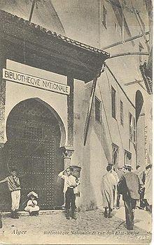 Ancienne photo de l'entrée d'un bâtiment mauresque.