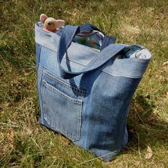 beautiful upcycled denim bag Source by viktoriya_smits Denim Quilt Patterns, Recycling For Kids, Benne, Diy Backpack, Lining Fabric, Fabric Remnants, Recycled Denim, Denim Bag, Yellow Stripes