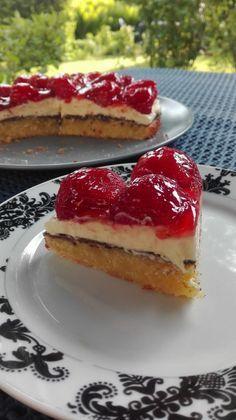 Jordbærkage Danish Dessert, Danish Food, Sweet Recipes, Cake Recipes, Dessert Recipes, Delicious Chocolate, Delicious Desserts, Cheesecake, Pastry Cake