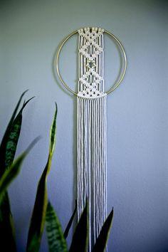 Dromerige handgemaakte macrame muur opknoping, gemaakt van 3mm natuurlijke witte katoenen touw en een 8 brass ring. Biedt een ontwerp van de diamant geknoopt met een kleine koperen ring op het centrum, en lange pony. Ca. meet 45 totale lengte. Wil je een mooi cadeau! * NEW * hand geverfd zwart touw is nu beschikbaar! (Let op: aangezien dit hand geverfd, dit is niet een puur donker zwart!) Dit item is MADE TO ORDER. Laat 3-5 werkdagen voor productie. ✦ Shop Brass Ring wandkleden ✦…