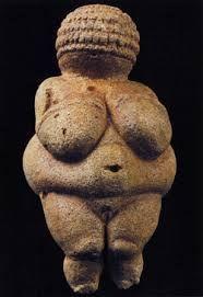 """Dit is een van de moedergodinbeeldjes. De jagers en verzamelaars geloofden in goden omdat ze dingen als: """"leven en dood, dag en nacht"""" etc. Niet konden verklaren"""