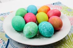 These easy Easter Eggs dyed with rice are super fun, and you can likely make them from items in your pantry like food coloring and vinegar! Food Coloring Egg Dye, Coloring Easter Eggs, Easter Egg Dye, Easter Egg Crafts, Rainbow Rice, Kids Plates, Cup Of Rice, Brown Eggs, Egg Shape