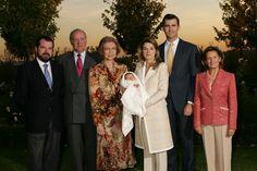 Su Alteza Real la Princesa de Asturias, con sus padres y sus abuelos, a los pocos días de su nacimiento Palacio de La Zarzuela. Madrid, 08.11.2005