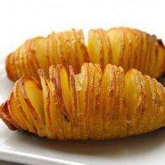 -Batata rápida Lave as batatas, corte em tiras finas, mantendo-as unidas na parte inferior (não aprofunde os cortes). Faça uma pasta de manteiga e os temperos e especiarias de sua preferência (alho, ervas finas, sal, azeite, queijo parmesão ralado, etc). Besunte a batata com a manteiga temperada e leve ao forno 240° por aproximadamente 30 minutos.