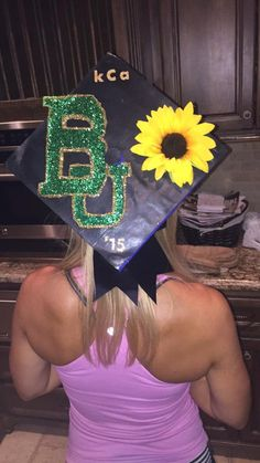 Baylor graduation cap with glitter, a bow, and a sunflower? Too perfect! (Via Keelie Compton on Twitter)