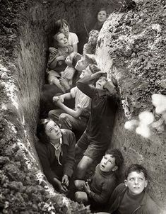 Crianças se protegendo num abrigo anti-bomba durante a Segunda Guerra Mundial. Fascinados e com medo ao mesmo tempo