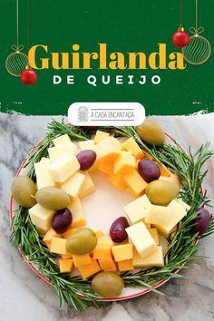 Está em busca de opções para decorar a sua mesa de Natal? Tenho uma ótima para compartilhar! Essa guirlanda de queijo, azeitonas e alecrim, além de um aperitivo delicioso, fica LINDA e é super fácil de fazer. Acesse e confira o passo a passo completo!   #receitafacil #receitadenatal #receitasnatalinas #aperitivosdenatal #decoraçaodenatal #ceiadenatal #comidacaseira #façavocemesmo #acasaencantada Brasil Travel, Fruit Salad, Dairy, Cheese, Christmas, Food, Delicious Recipes, Yummy Recipes, Roasts