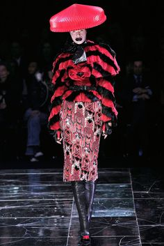 Alexander McQueen Fall 2009 Ready-to-Wear Collection Photos - Vogue Couture Fashion, Fashion Art, Fashion Outfits, Fashion Textiles, Dark Fashion, Fashion Styles, Fashion Women, Fashion Ideas, Fashion Show Collection