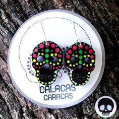 Zarcillo colgado de calavera en Acrílico negro pintado a mano  #CalacasCaracas