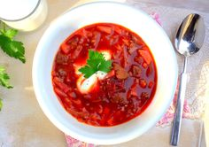Borschtsch / Bortschlow carb Borschtsch ist eine wärmende und gut sättigende Suppe, diemit Roter Bete und Weißkohlzubereitet wird und deren Zubereitung vor allem in Ost- und Ostmitteleuro…