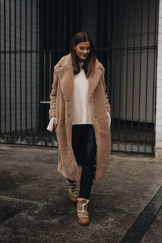 Picture of a white sweater, black leather pants, brown winter boots and a brown teddy coat Casual Winter Outfits, Winter Fashion Outfits, Autumn Winter Fashion, Fall Outfits, Winter Trends, Mantel Outfit, Oversize Mantel, Best Winter Coats, Fall Fashions