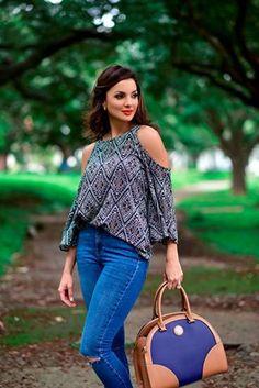 #FashionBySIMAN y Verónica González: Los jeans de talle alto sin duda son una excelente opción para darte un look de los 90's. Combínalos con blusas estampadas y de mangas tipo mariposa, además puedes crear capas con una tercera prenda como un cardigan. Recuerda que tus accesorios deben de colores armoniosos.